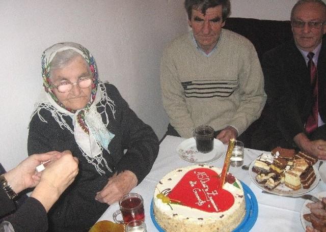 Pani Genowefa otrzymała także tort... z życzeniami 150 lat!