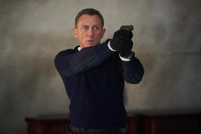 Obraz jest piątym i ostatnim występem Daniela Craiga w roli agenta Jamesa Bonda.