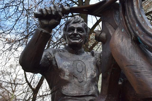Pomnik Andrzeja Huszczy, żużlowej legendy Falubazu Zielona Góra.