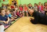Kevin Aiston uczył przedszkolaki, jak się zachować w czasie pożaru [FILM]