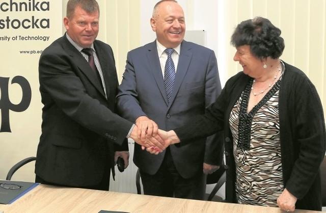 Na zyski liczą Jan Klewinowski z firmy Eltron, prof. Lech Dzienis (w środku), rektor Politechniki Białostockiej i Danuta Bojczuk z ZSM