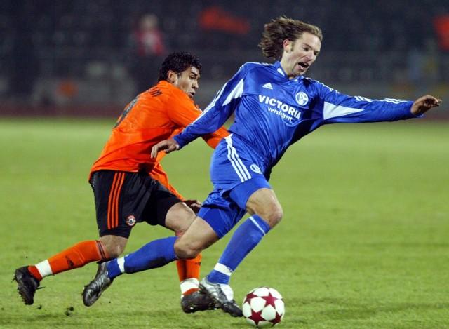 Kolega Mariusza Lewandowskiego z Szachtaru, Brazylijczyk Matuzalem (z lewej) próbuje odebrać piłkę przyjacielowi Tomasza Wałdocha z Schalke - Nielsowi Oude-Kamphuisowi.