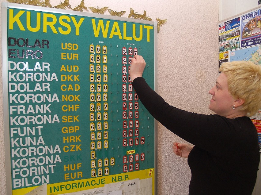 Monika Leocho z kantoru przy ul. Jana z Kolna w Koszalinie. Wczoraj euro można tu było kupić po 4,85 zł, sprzedać za 4,65 złoteg
