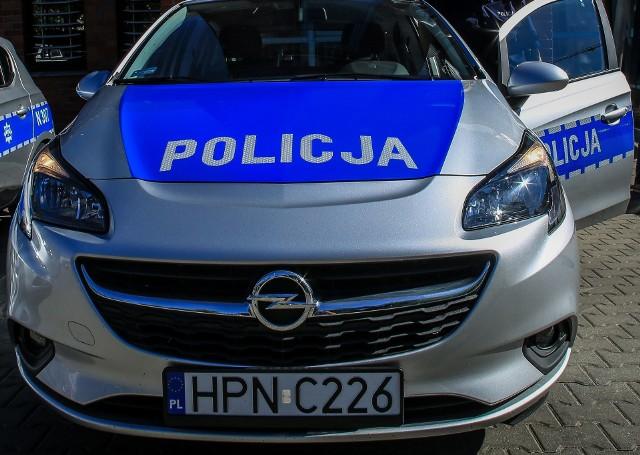 Nie spodziewałem się jej ataku, uwagę skupiłem na mężczyznach - opisywał drugi policjant.