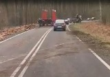 Za trasie Tuchola Żarska - Nowogród Bobrzański z ciężarówki wypadło drewno