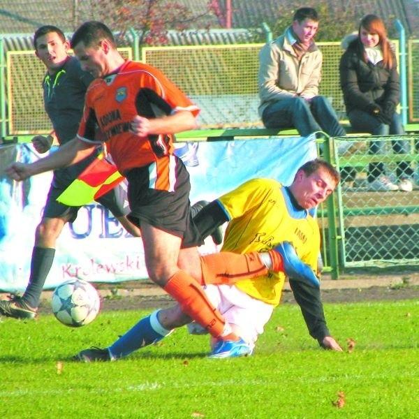 Marcin Niewiński (we wślizgu) wszedł na boisko w dopiero w drugiej połowie, ale i tak wywalczył dogodną sytuację do strzelenia gola.