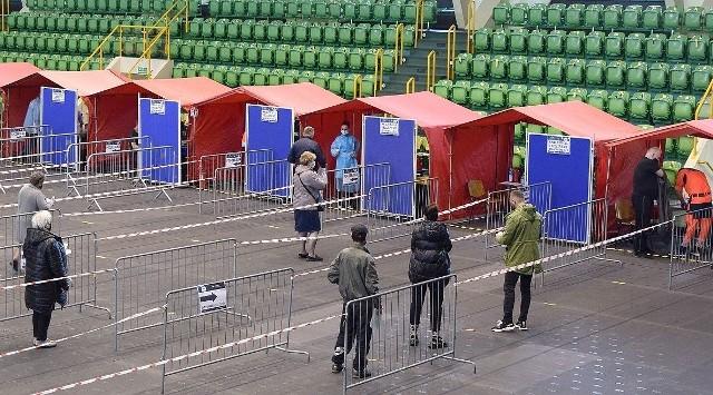 W ostatnich dniach w Punkcie Szczepień Powszechnych w  inowrocławskiej hali widowiskowo-sportowej  zaszczepiono ponad 7 tys. osób!