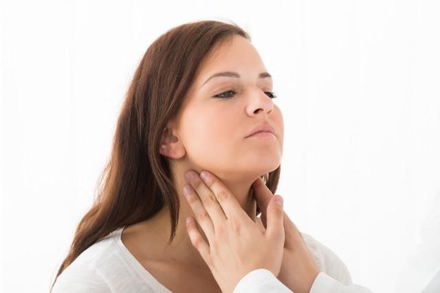 Rośnie liczba zachorowań na Hashimoto, czyli autoimmunologiczne zapalenie tarczycy. To najczęściej występująca choroba z autoagresji, która dotyka zwłaszcza kobiet. Prowadzi do zniszczenia komórek tego narządu, a w konsekwencji do rozwoju jego niedoczynności i związanych z nią objawów. To nie tylko niski poziom energii i skłonność do tycia, ale również zaburzenia hormonalne, dolegliwości bólowe czy stany depresyjne. Gwałtowny wzrost liczby przypadków choroby Hashimoto w Polsce wiąże się z katastrofą w Czarnobylskiej Elektrowni Jądrowej, która miała miejsce przed ponad 3 dekadami. Według dostępnych danych z 2017 roku w Polsce na Hashimoto choruje co najmniej 700 tysięcy osób. Terapia obejmuje przyjmowanie leków i zmianę diety, przy czym każdy chory wymaga nieco innego jadłospisu.W chorobie Hashimoto kluczową kwestią dietetyczną jest spożycie odpowiednich ilości określonych składników odżywczych, a unikanie innych – warto więc wiedzieć, w jakich produktach się znajdują.