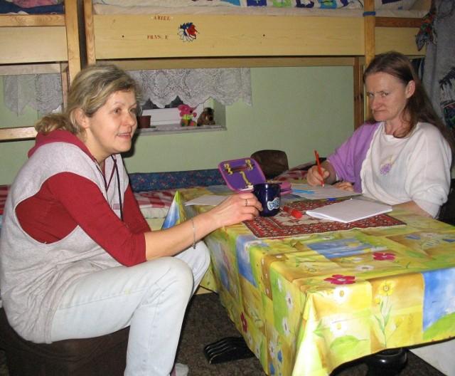 Grażyna (z prawej) maluje laurkę dla czwartej współlokatorki Agnieszki, która w środę miała 30 urodziny. Naprzeciw niej siedzi Bożena.