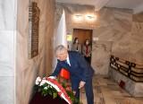 50. rocznica wysadzenia auli WSP w Opolu. Kwiaty pod tablicą upamiętniającą braci Kowalczyków