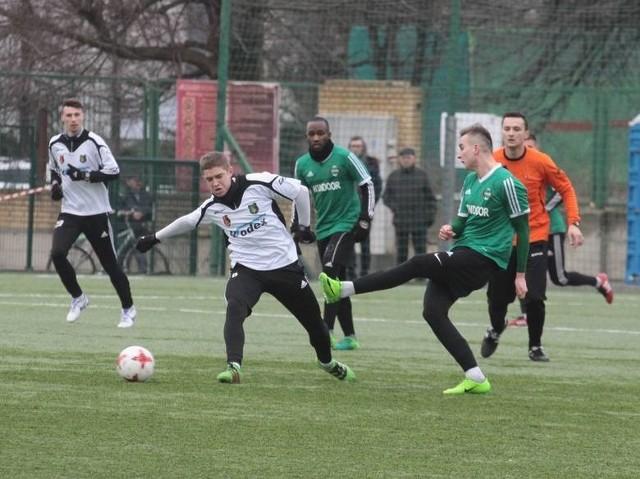 Piłkarze Stali Stalowa Wola (białe koszulki) doznali wysokiej porażki w Radomiu