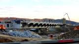 Nowy Sącz. Kolejny etap budowy mostu w Kurowie. Trwają prace związane z wznoszeniem pylonów. Zaglądamy na plac budowy [ZDJĘCIA]