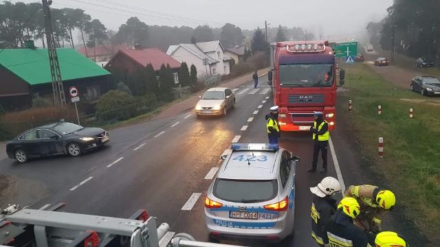 Śmiertelny wypadek w Przygłowie na DK12. Zginął pieszy, który prowadził rower po pasach