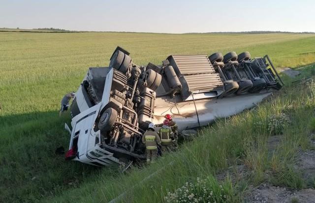 Łubiane. Wypadek na DK 61. Tir spadł z nasypu, kierowca zakleszczony w aucie