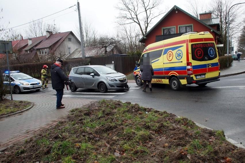 We wtorek (4 lutego) doszło do kolizji dwóch samochodów na ulicy Hołdu Pruskiego w Słupsku. Na szczęście żaden z uczestników stłuczki nie ucierpiał.Jesteś świadkiem wypadku? Daj nam znać! Poinformujemy innych o utrudnieniach. Czekamy na informacje, zdjęcia i wideo!■ Przyślij je na adres alarm@gp24.pl■ Wyślij za pomocą naszego Facebooka:GP24Masz informacje? Redakcja Głosu Pomorza i GP24.PL czeka na kontakt