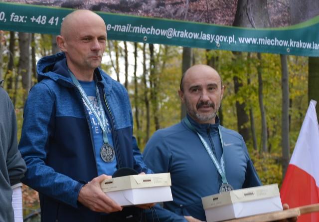 Paweł Myca (z lewej) i Piotr Tkaczewski triumfowali również w jesiennym Miechowskim Biegu Niepodległości na dystansie półmaratonu