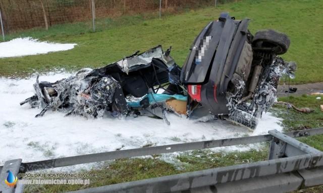 Tragiczny wypadek na A4. W pojeździe podróżowały trzy osoby: kierował 35-letni mężczyzna, pasażerami byli 34-letnia kobieta i 6-letnie dziecko. W wypadku śmierć poniosło dziecko.
