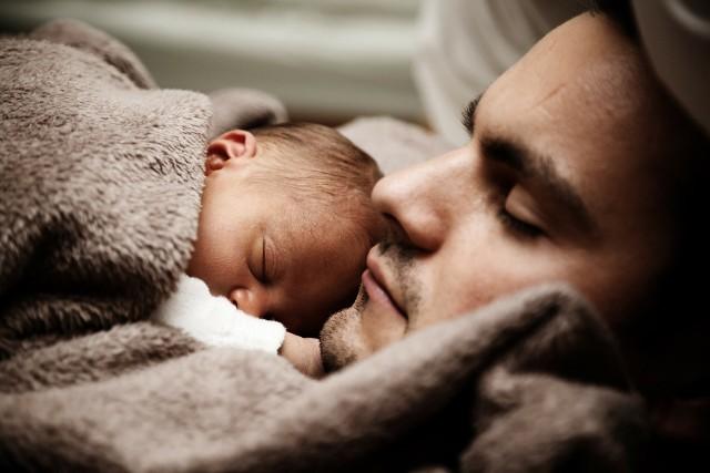 Coraz więcej ojców korzysta z urlopów ojcowskich i tacierzyńskich.