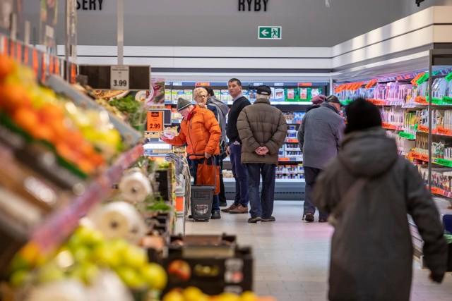 Kilka dni temu Biedronka ogłosiła plan podwyżek dla zatrudnionych w sklepach. Różnica na start pomiędzy Biedronką i Lidlem to już tylko 50 zł. Zobacz, ile zarabiają pracownicy w Lidla w dalszej części galerii >>>