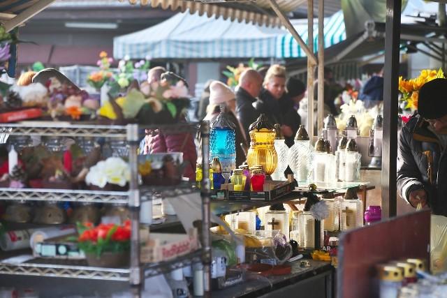 Mimo zakazu handlu, przy wrocławskich cmentarzach sprzedaż podczas tegorocznego święta Wszystkich Świętych kwitła w najlepsze. Oprócz kwiatów w doniczkach, zniczy czy wiązanek, bez problemu dostać można było obwarzanki, grillowane serki góralskie, bułki słodkie, chałwę, zabawki czy kable USB.