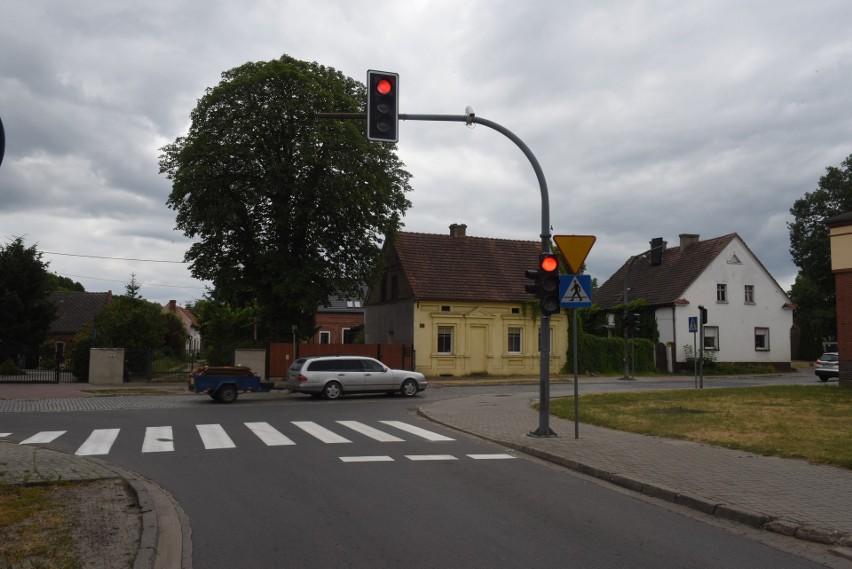 Przez środek sołectwa przebiega główna ulica, którą jeżdżą i...