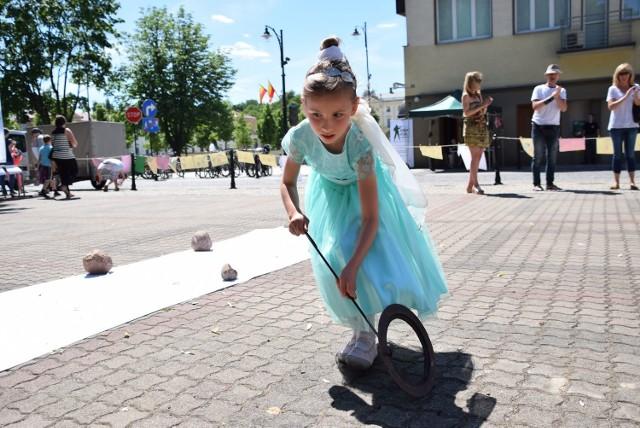 Tu jest fenomenalny dom kultury - powiedziała nam Małgorzata Narożna. Jej siedmioletnia córeczka na co dzień przyjeżdża z osiedla Białostoczek na zajęcia w grupie tanecznej. Po występie na scenie ustawionej przed Pałacykiem Gościnnym wzięła udział w toczeniu fajerki na czas. Bo w tym roku wszystko miało nawiązywać do okresu międzywojennego, także zabawy dla najmłodszych przygotowane przez Muzeum Wojska.