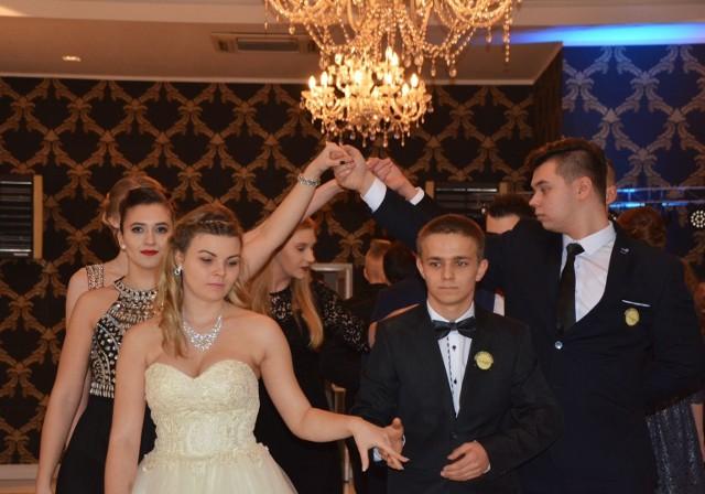 W domu weselnym Dwa Dęby bawili się na swoim balu studniówkowym maturzyści I LO im. Marii Curie-Skłodowskiej w Hajnówce. W imprezie gościnnie uczestniczyła Jadwiga Dąbrowska, zastępca hajnowskiego starosty. O oprawę muzyczną zadbał DJ Jakub Piłat.