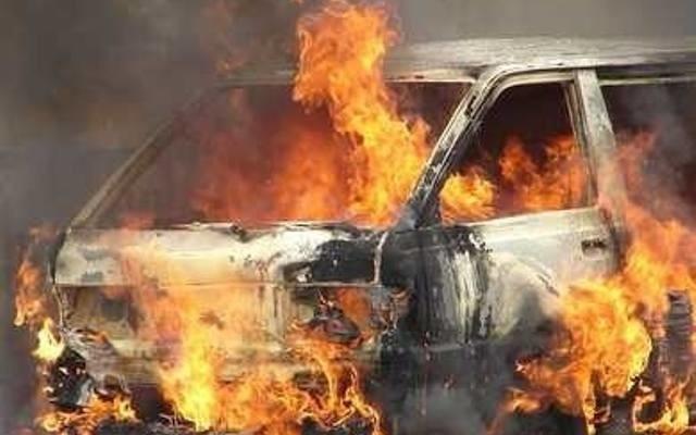 Mimo interwencji strażaków, BMW doszczętnie spłonęło.