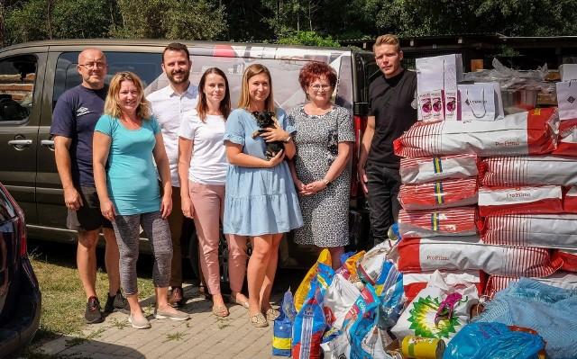 Ponad 600 kilogramów karmy oraz wyposażenie dla schroniska w Rudniku od Grupy CERRAD.