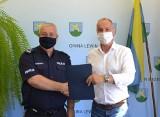 Urząd Miasta w Lewinie Brzeskim przekazał miejscowym policjantom 5 tysięcy złotych na dodatkowe patrole. Dzięki temu ma być bezpieczniej