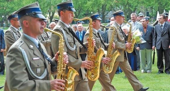 Do ubiegłego roku 12 Dywizja świętowała 16 marca. Data święta uległa zmianie po przyjęciu przez zmechanizowanych tradycji bojowych kilku jednostekWojska Polskiego i jest związana z tradycją 6 Dywizji Strzelców Polskich Armii gen. Józefa Hallera.