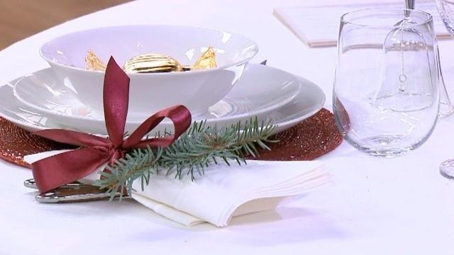 """Stół na Boże NarodzenieStół wigilijny może być """"ubrany"""" w tradycyjną białą kolorystykę. Jednak nie powinniśmy zamykać się na nowe trendy. Stół z dominantą białego koloru może mieć różny styl -  klasyczny, nowoczesny, a nawet ludowy. Wszystko zależy od użytego obrusu, kształtu zastawy, serwetek i dekoracji."""