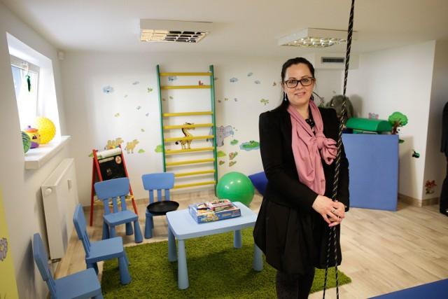 W nowej siedzibie jest m.in. sala rehabilitacyjna. Będą z niej mogli korzystać podopieczni, którzy mogą do hospicjum przyjechać. Na zdjęciu: Sylwia Sikorska-Stach z Domowego Hospicjum dla Dzieci w Opolu.