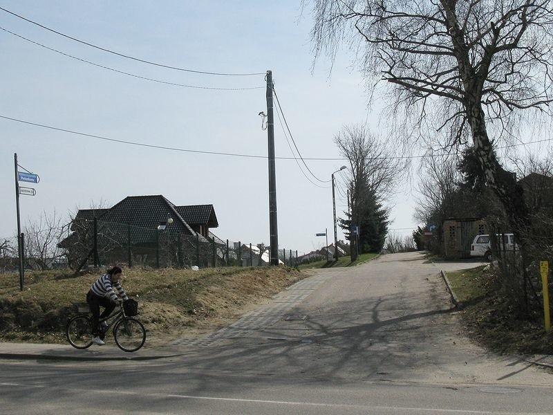Wjazd na ulicę Poziomkową z ulicy Mierosławskiego. Mieszkańcy żądają jej przebudowy i ustawienia nowego oznakowania.