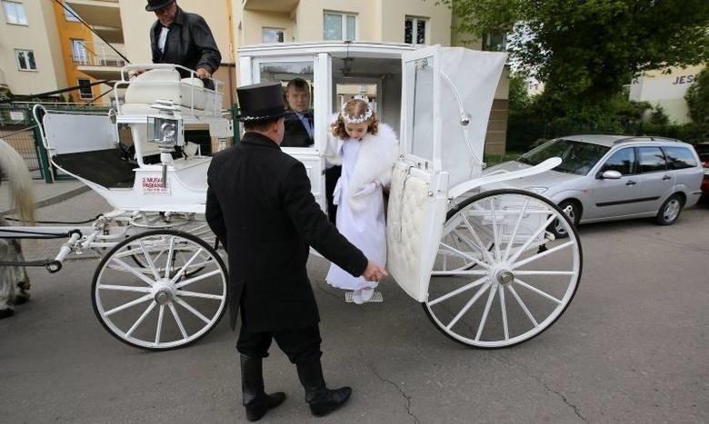 b5c379ec3d Niektóre dzieci do kościoła przyjeżdżają karetą niczym małe księżniczki.