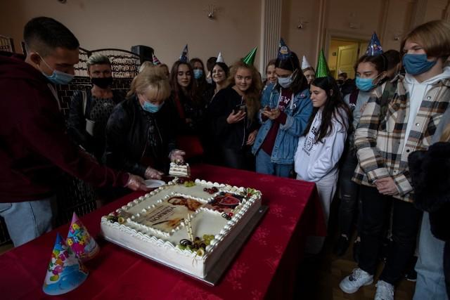 Na 200. urodzinach Cypriana Kamila Norwida, patrona I LO z Oddziałami Dwujęzycznymi w Bydgoszczy, nie mogło zabraknąć okolicznościowego tortu.