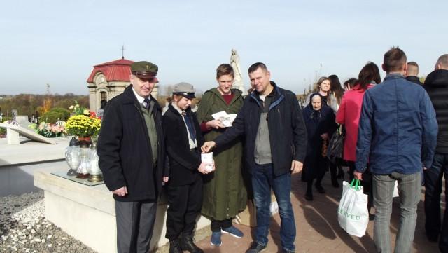 Tak wyglądała ubiegłoroczna kwesta przeprowadzona 1 listopada na parafialnym cmentarzu w Borkowicach.
