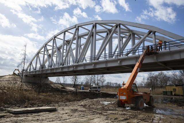 W Warce wybudowany został nowy most kolejowy nad Pilicą.