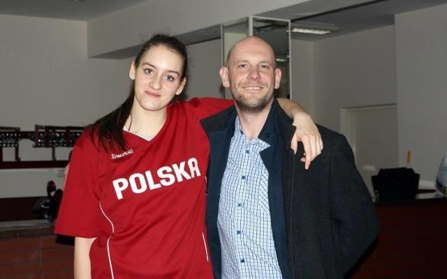 Trener Piotr Niewiadomski i Wiktoria Zapart, która zdobyła siedem punktów