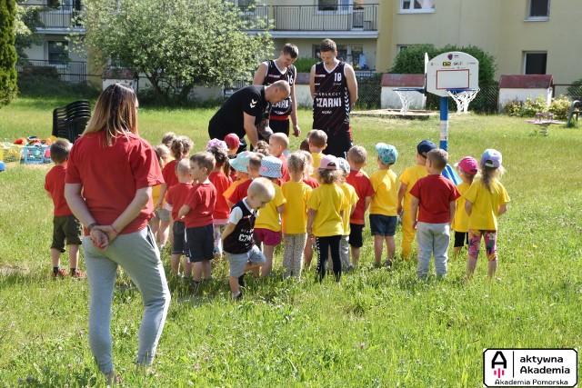 Koszykarze zespołu Grupa Sierleccy Czarni Słupsk z wizytą w przedszkolu nr 19