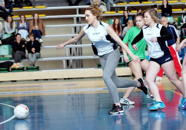 Puchar dyrektora II LO ŚwiecieDziewczyny z II LO lubią grać w piłkę nożną, nie tylko w hali