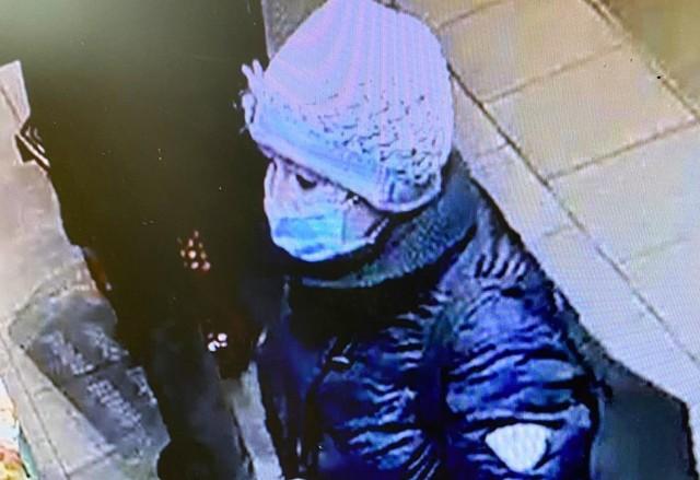 Starsza kobieta ukradła puszkę WOŚP w markecie w Pile. Szuka jej policja.