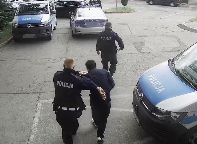 Dotychczas opolscy śledczy udowodnili zatrzymanym dwie kradzieże z włamaniami, niezatrzymanie się do kontroli drogowej i posiadanie środków odurzających. Grozi im do 10 lat więzienia.