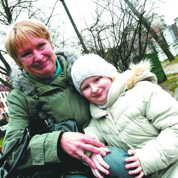 """Nie może pójść na marne, to czego się nauczyłam w """"40+"""". Dlatego mocno wierzę, że w najbliższym czasie znajdę pracę - mówi Katarzyna Majewska-Urban, na zdjęciu z córką Natalią."""