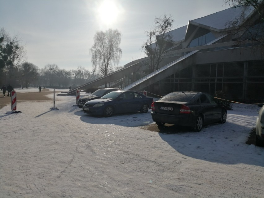 Parking tymczasowy przed Areną był prawie pełny