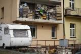 """Wysypisko śmieci w centrum Rzeszowa. Sąsiedzi skarżą się na smród i szczury. """"Do poniedziałku to ma zniknąć"""", słyszymy w ratuszu"""