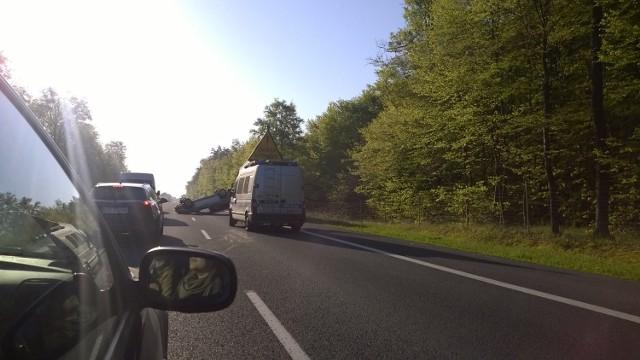 Kierowca mitsubishi jechał w kierunku Szczecina, nagle stracił kontrolę nad kierownicą, przebił się przez barierkę oddzielająca jezdnię i dachował. Kierowcę, 27-latka, przetransportowano do szpitala.