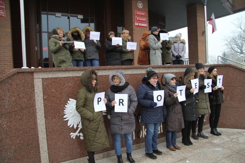 Pracownicy tarnobrzeskich sądów protestują. - Już mamy dosyć pracy za grosze - mówią (zdjęcia)
