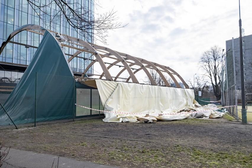 W Poznaniu najcięższemu uszkodzeniu w czacie wichury uległo szkolne boisko znajdujące się przy ulicy Niepodległości.