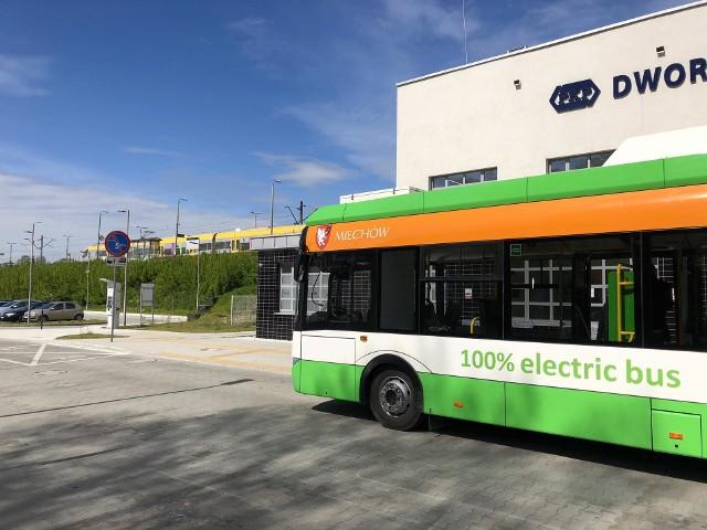Autobusy elektryczne dowożą pasażerów na dworzec PKP
